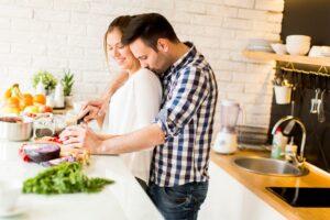 couple qui apprend à cuisiner